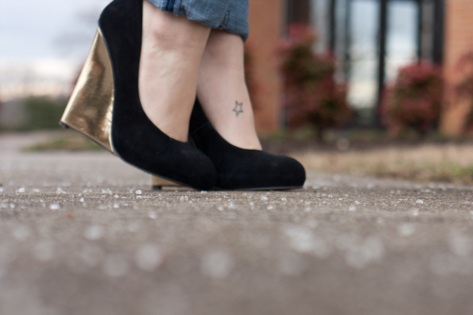 Black pumps with gold wedge